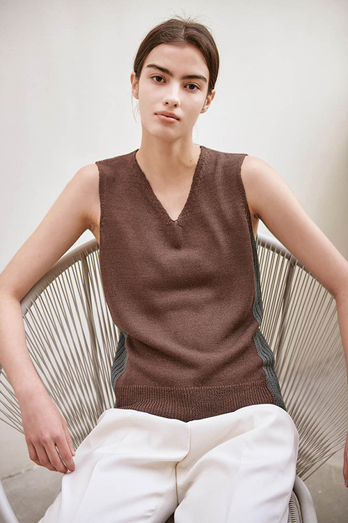 V-NECK TWO TONE SLEEVELESS KNIT (BROWN)